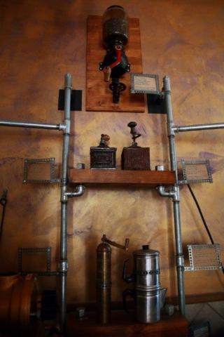 Torrefazione Lucio. Labaro. Macinatura e aroma si mescolano in questo piccolo bar.