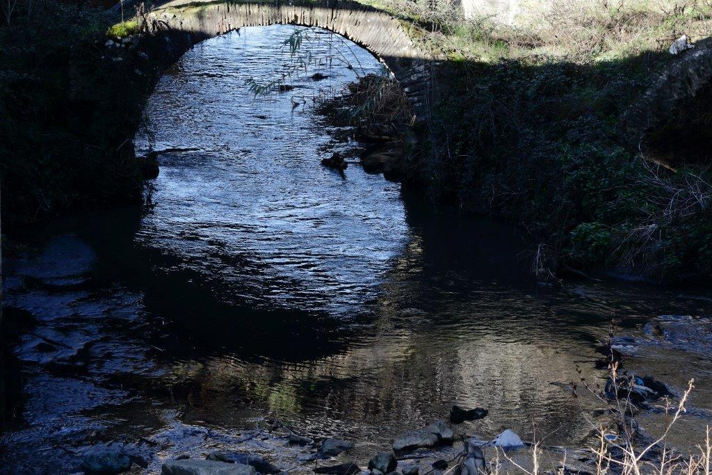 Ponte Romano. Sovrastati dal più grande Raccordo Anulare, i due archi romani scompaiono sotto. Sono visibili da una rampa che sale.