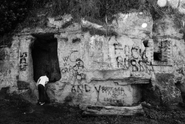 Un vecchio casale con l'adiacente cascata sono il punto di incontro per una visita nell'adiacente Portonaccio e per una camminata verso la Necropoli Etrusca, il Castello di Isola Farnese e Tomba delle Anatre.