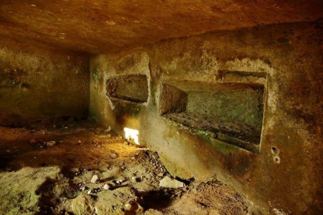 Nascosta allo sguardo, la Tomba si cela su una collina di fianco al corso del Cremera.